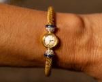 JAEGER LECOULTRE, Relógio de pulso feminino , caixa e pulseira de ouro 18K , pulseira com engate de diamantes e safiras,mostrador de porcelana , algarismos arábicos. Suíça séc. XX. Necessita revisão.