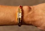 Relógio de pulso feminino ,caixa e pulseira de ouro 18K , pulseira articulada, marca BUSGA, mostrador de porcelana, algarismos arábicos, Suiça, séc. XX. Necessita revisão.